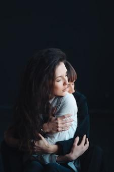 Duas garotas nos carinhosos abraços