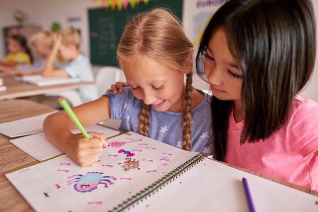 Duas garotas olhando para a foto Foto gratuita