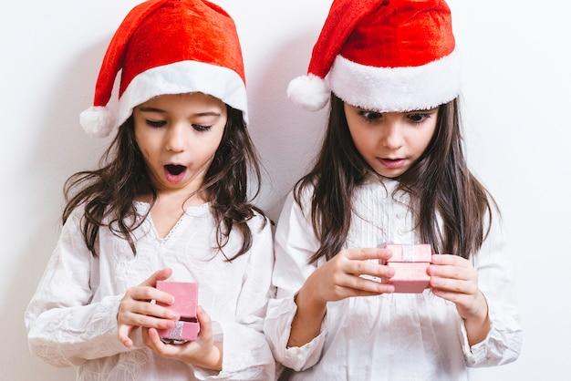 Duas garotas posando para as férias de natal e ano novo