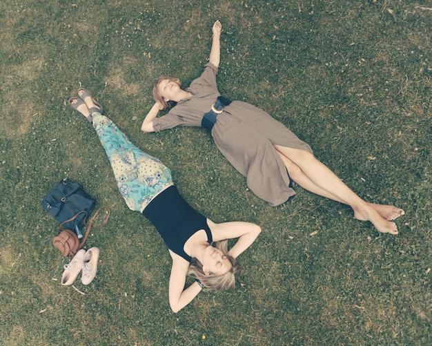 Duas garotas russas deitado no gramado