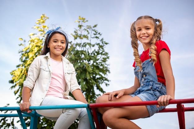 Duas garotas sorridentes, olhando para a câmera