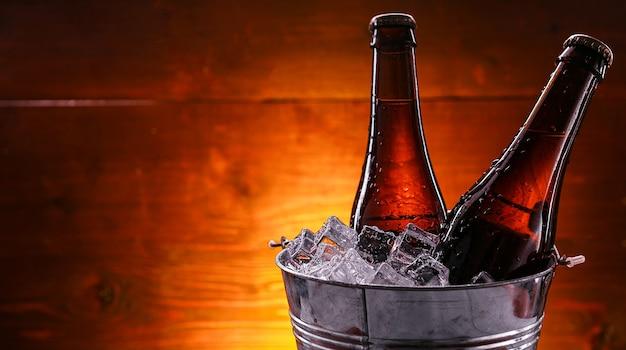 Duas garrafas de cerveja em um balde de gelo