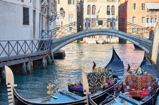 Duas gôndolas no cannal em veneza, itália. dia ensolarado.