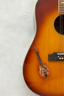 Duas guitarras grandes e pequenas em um fundo branco