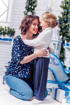 Duas irmãs em sorrisos de decorações de natal