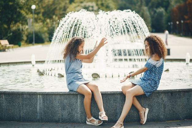Duas irmãs fofos em um parque de verão