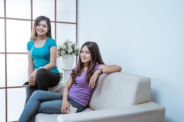 Duas irmãs gêmeas asiáticas jovens juntas