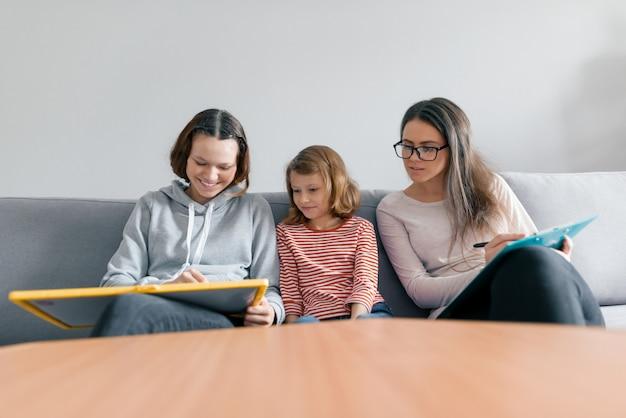 Duas irmãs, meninas, conversa, com, mulher jovem, família, psicólogo