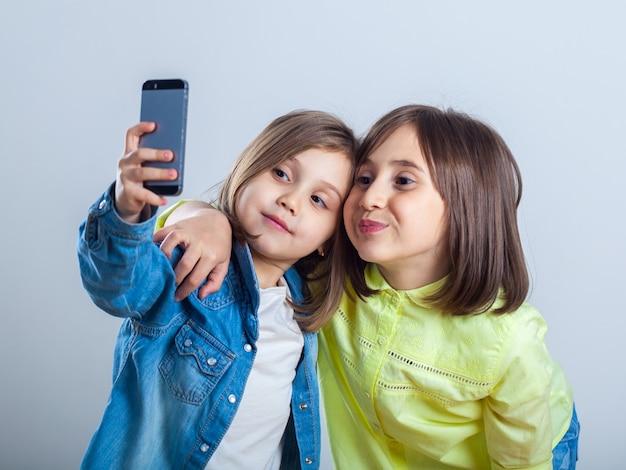 Duas irmãs posando e tirando selfies
