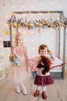 Duas irmãs posando para foto durante a sessão de fotos de família