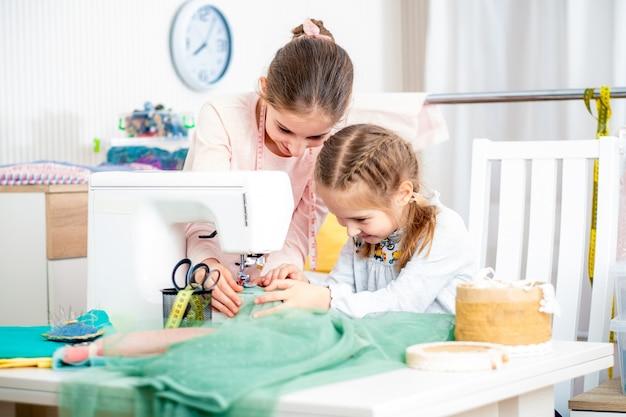Duas irmãs trabalhando em uma máquina de costura