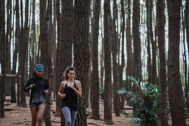 Duas jovem correu na floresta