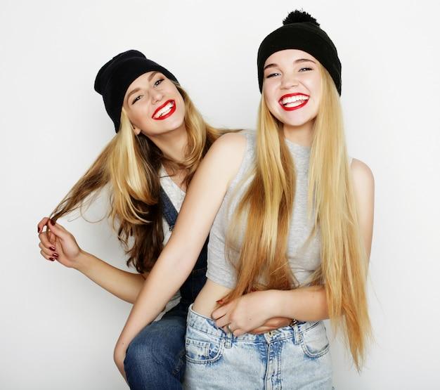 Duas jovens amigas juntos e se divertindo.