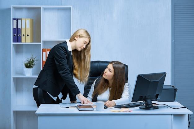 Duas jovens empresárias estão trabalhando em um projeto comum no escritório