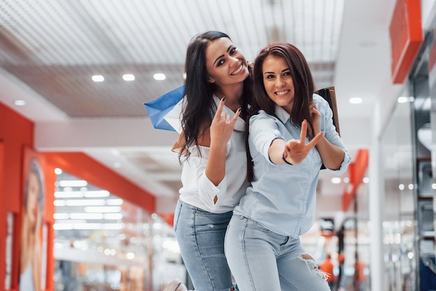 Duas jovens fazem compras juntas no supermercado.