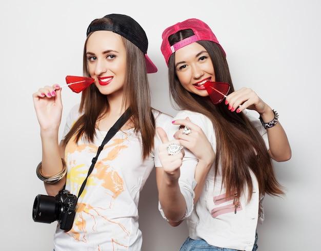 Duas jovens garotas bonitas hipster