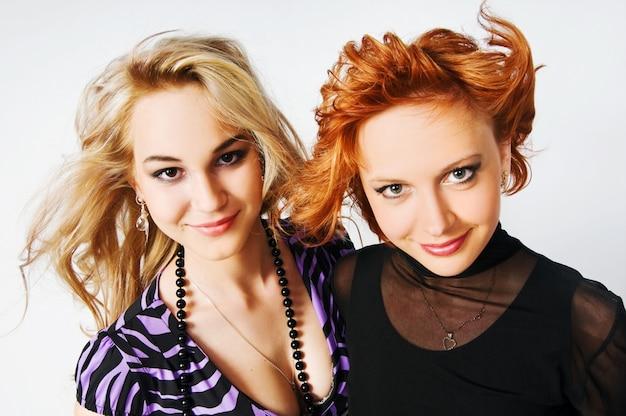 Duas jovens lindas sobre o que