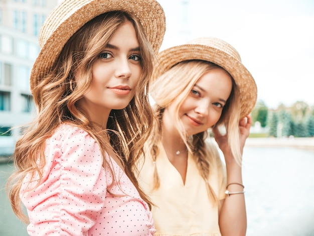 Duas jovens lindas sorrindo hippie com um vestido de verão da moda