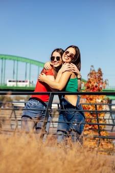Duas jovens melhores amigas aguardando a ponte velha