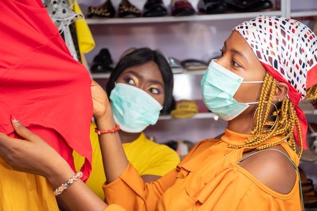 Duas jovens mulheres africanas fazendo compras em uma loja local
