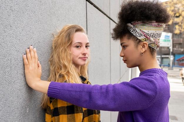 Duas jovens mulheres atraentes se abraçando, querendo amor, lésbicas, liberdade