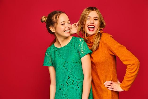 Duas jovens mulheres bonitas posando em roupas da moda