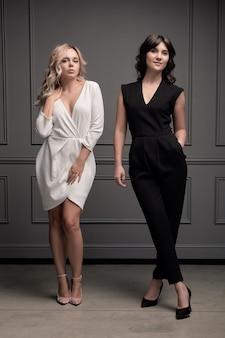 Duas jovens mulheres confiantes bonitas