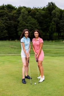 Duas jovens senhoras no campo de ouro