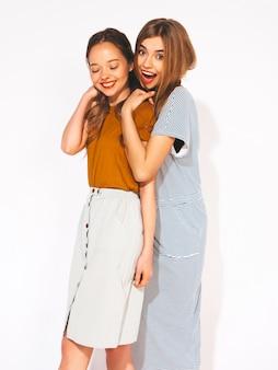 Duas jovens sorridentes meninas bonitas em roupas casuais de verão. mulheres sexy e despreocupadas. modelos positivos