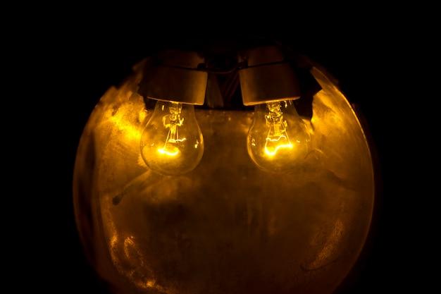 Duas lâmpadas brilhantes