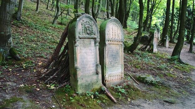 Duas lápides em cemitério antigo