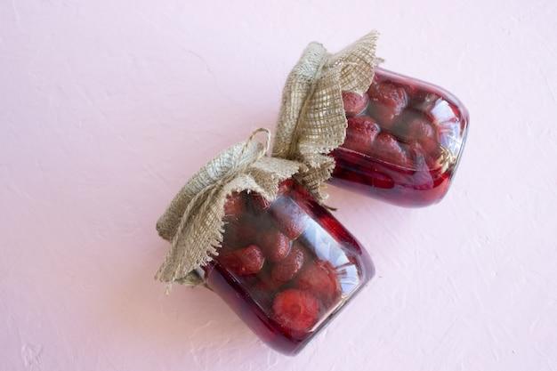 Duas latas de geléia de morango, conservas de frutas de verão