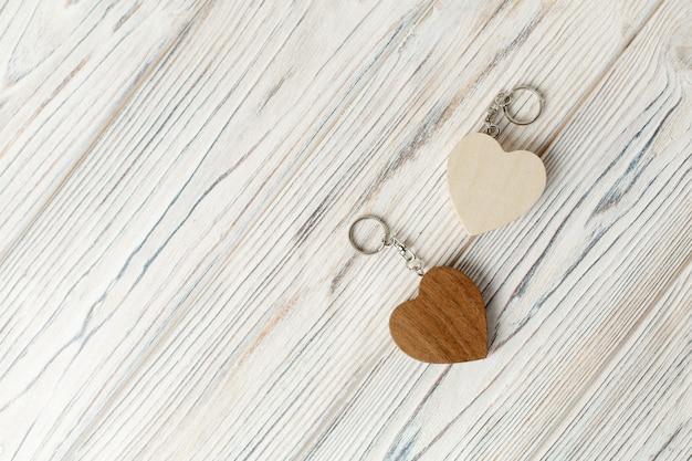 Duas lembranças em forma de coração de madeira com espaço de cópia. um conjunto de corações de madeira decorativos. presente para o dia dos namorados. conceito de história de amor.
