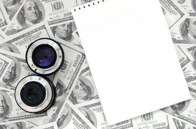 Duas lentes fotográficas e caderno branco