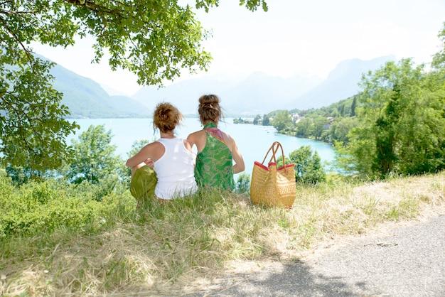 Duas lésbicas na natureza admiram a paisagem