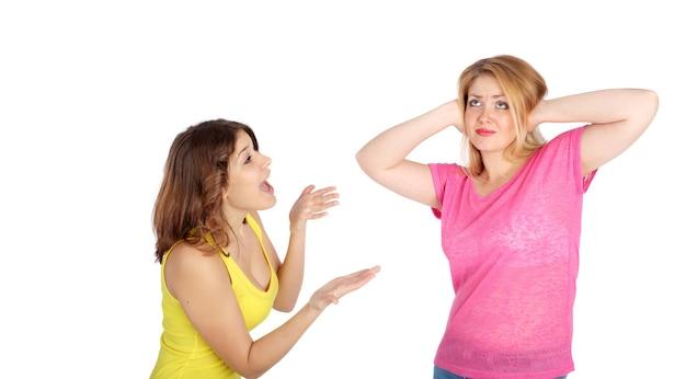 Duas lindas garotas adultas brigando