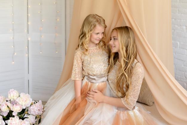 Duas lindas garotas com um lindo vestidos