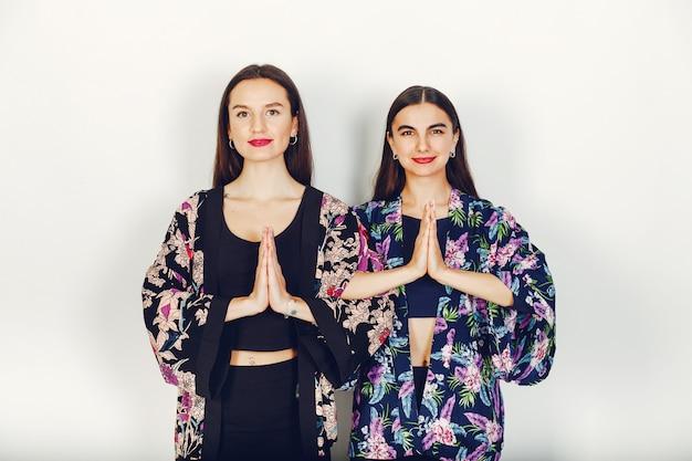 Duas lindas garotas em um estúdio