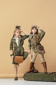 Duas lindas garotas em uma parede pastel