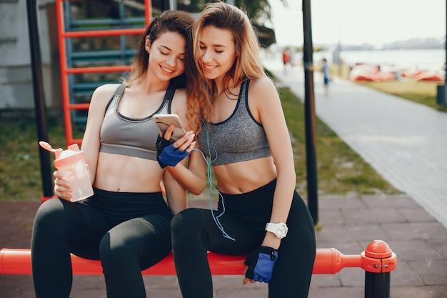 Duas lindas garotas estão envolvidas em esportes