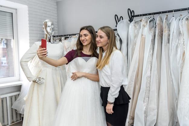 Duas lindas garotas fazendo selfie em salão de casamento