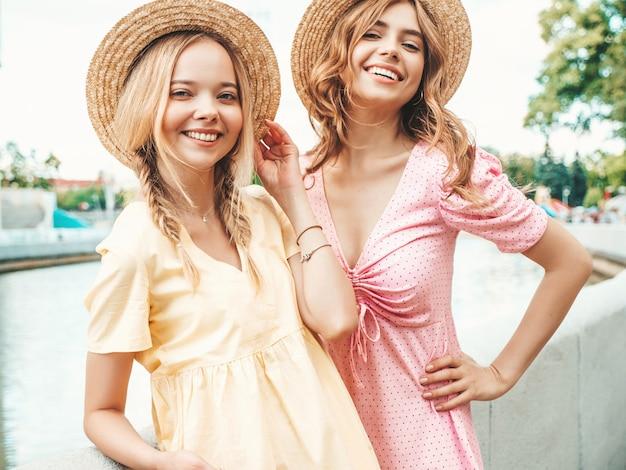 Duas lindas garotas hippie sorridentes com um vestido de verão da moda