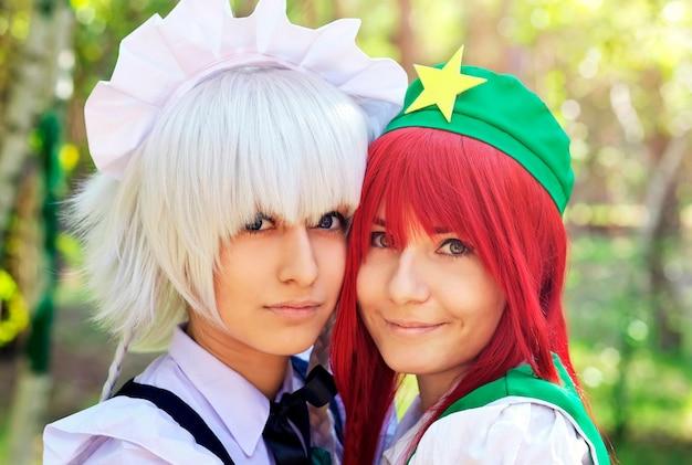 Duas lindas garotas no parque closeup. personagens da cosplay