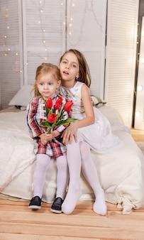 Duas lindas garotinhas abraçando irmãs amigas