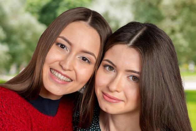 Duas lindas irmãs se abraçando e sorrindo