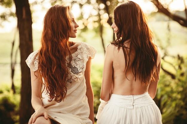 Duas lindas meninas, abraçando uns aos outros ao ar livre