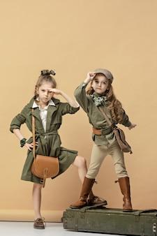 Duas lindas meninas em pastel