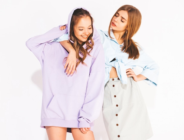 Duas lindas meninas sorridentes em roupas da moda no verão. mulheres sexy e despreocupadas. modelos positivos