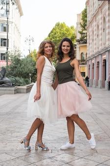 Duas lindas namoradas jovens na cidade