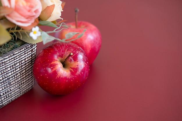 Duas maçãs de gala vermelha